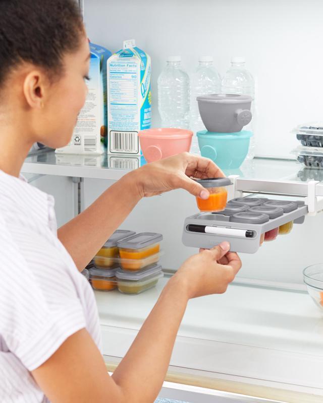 SKIP HOP Držiak do chladničky s označovačom a stohovateľnými nádobkami na jedlo 8 x 60ml,  V000100